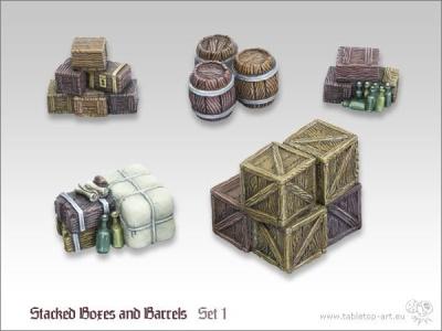 Kisten und Fässerstapel 1